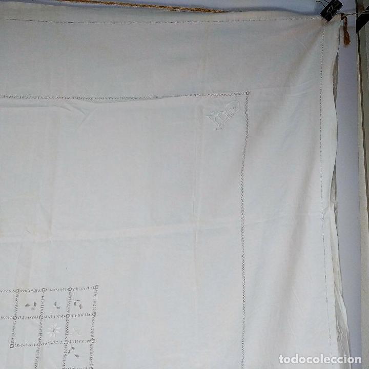 Antigüedades: GRAN MANTEL EN LINO 236X168 CM. CON DECORACIÓN FIL-TIRÉ. ESPAÑA. SIGLO XIX-XX - Foto 3 - 229192875