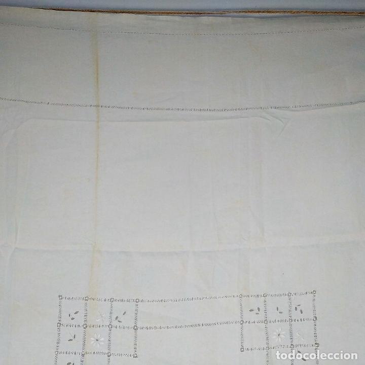 Antigüedades: GRAN MANTEL EN LINO 236X168 CM. CON DECORACIÓN FIL-TIRÉ. ESPAÑA. SIGLO XIX-XX - Foto 4 - 229192875