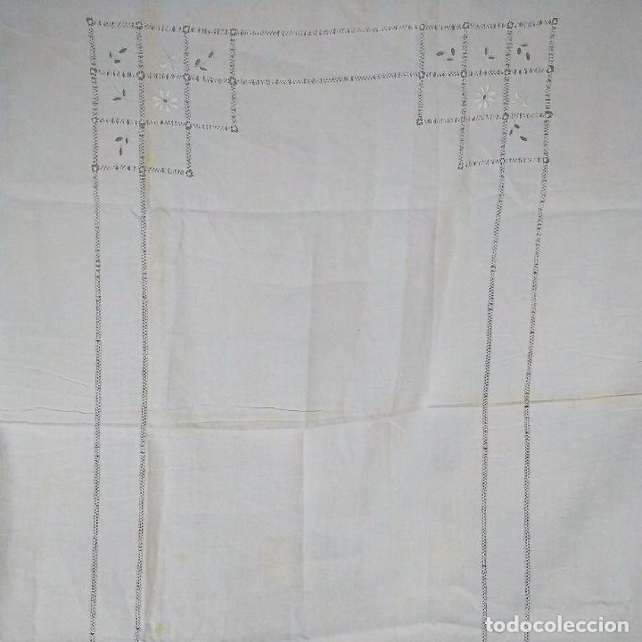 Antigüedades: GRAN MANTEL EN LINO 236X168 CM. CON DECORACIÓN FIL-TIRÉ. ESPAÑA. SIGLO XIX-XX - Foto 5 - 229192875