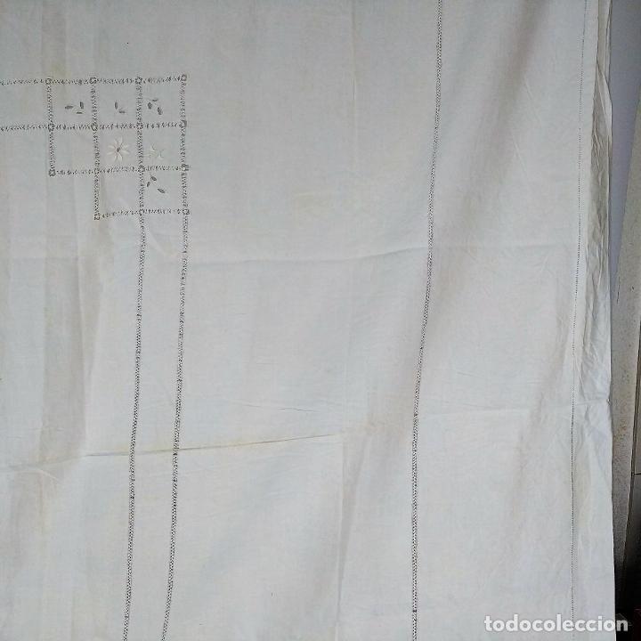 Antigüedades: GRAN MANTEL EN LINO 236X168 CM. CON DECORACIÓN FIL-TIRÉ. ESPAÑA. SIGLO XIX-XX - Foto 6 - 229192875