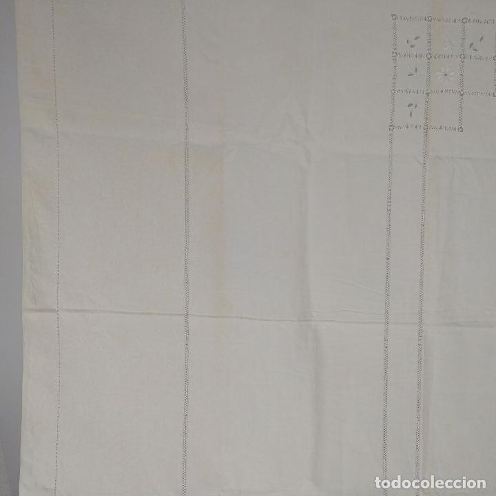Antigüedades: GRAN MANTEL EN LINO 236X168 CM. CON DECORACIÓN FIL-TIRÉ. ESPAÑA. SIGLO XIX-XX - Foto 7 - 229192875