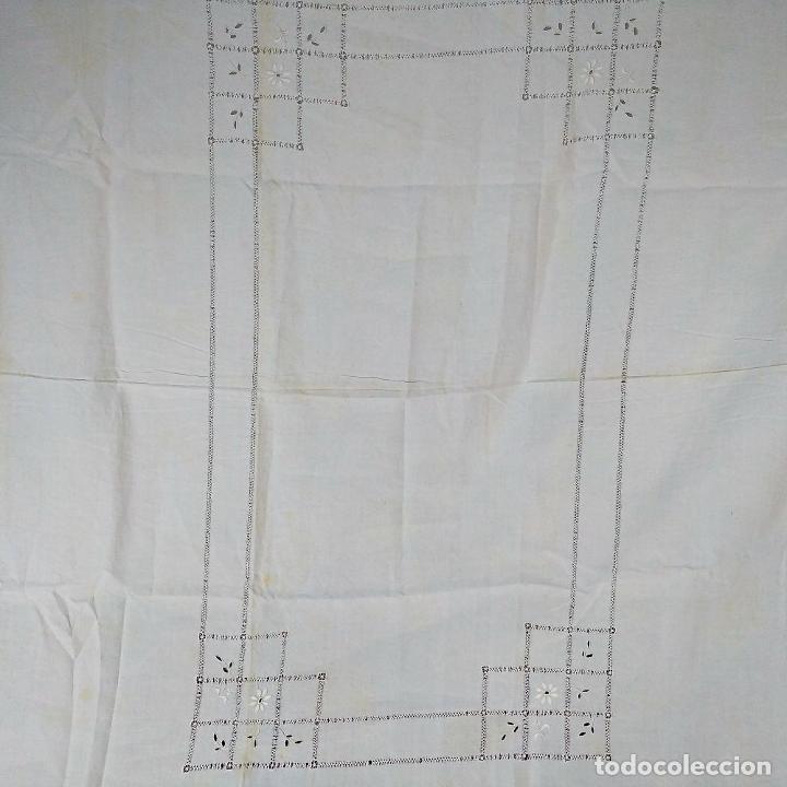 Antigüedades: GRAN MANTEL EN LINO 236X168 CM. CON DECORACIÓN FIL-TIRÉ. ESPAÑA. SIGLO XIX-XX - Foto 12 - 229192875