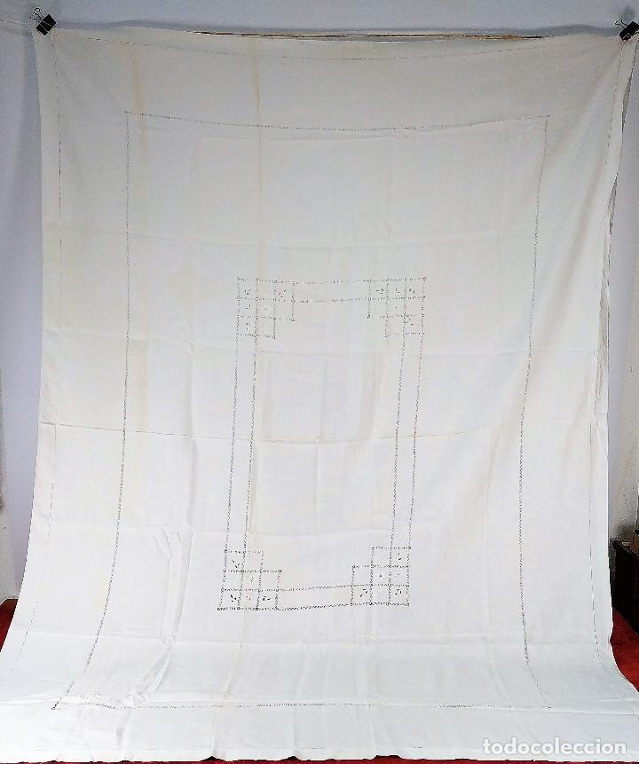 GRAN MANTEL EN LINO 236X168 CM. CON DECORACIÓN FIL-TIRÉ. ESPAÑA. SIGLO XIX-XX (Antigüedades - Hogar y Decoración - Manteles Antiguos)