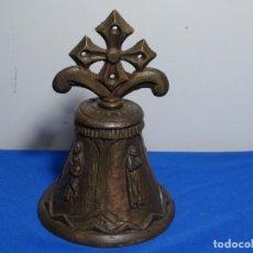 Antigüedades: ANTIGUA CAMPANA LITÚRGICA EN BRONCE CON LOS APÓSTOLES SIGLO XVIII.1585 GRAMOS.. Lote 229261645