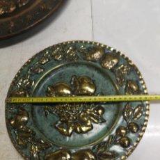 Antigüedades: GRAN PLATO DE COBRE LATON ESCENA FRUTAS PLACA DE PARED REPUJADO AÑOS 60S DECORATIVO 30 CM.. Lote 229401160