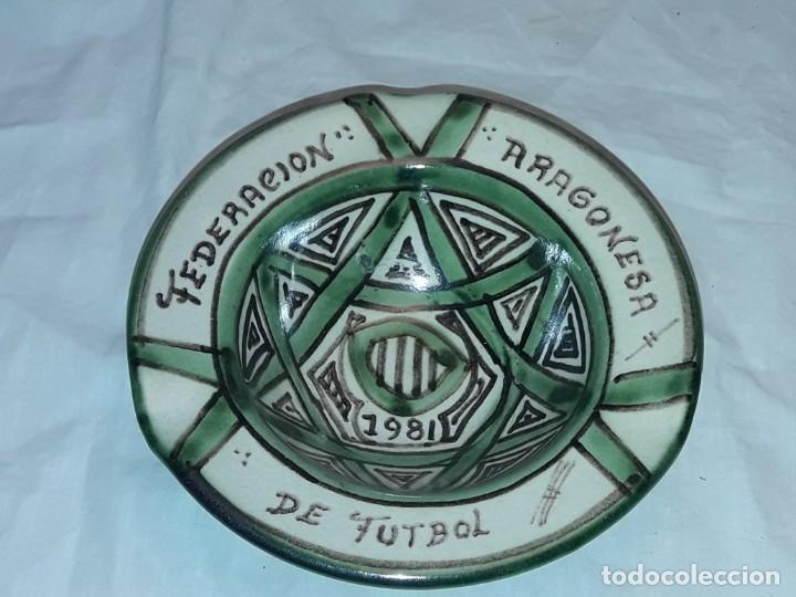 Antigüedades: Bello cenicero cerámica Domingo Punter Teruel Federación Aragonesa de Futbol año 1981 - Foto 2 - 229406640