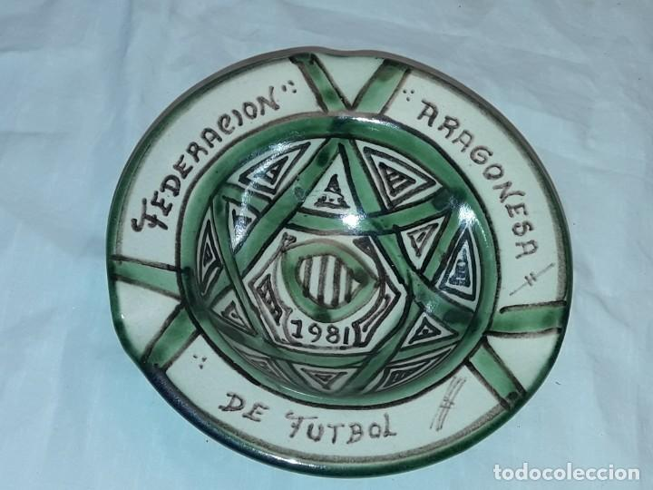 Antigüedades: Bello cenicero cerámica Domingo Punter Teruel Federación Aragonesa de Futbol año 1981 - Foto 3 - 229406640