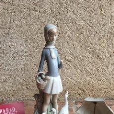 Antigüedades: FIGURA CERÁMICA DE LLADRÓ - MUJER CON PARAGÜAS, CESTA Y OCAS PATOS - ROTURAS. Lote 229492395