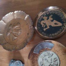 Antigüedades: PLATOS DE COBRE DECORATIVO Y SUJETA CARTAS. Lote 229530940