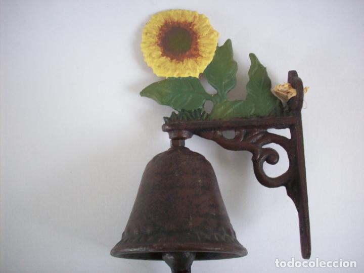 Antigüedades: CAMPANA DE HIERRO CON FLORES PARA LA PUERTA . - Foto 2 - 229595635