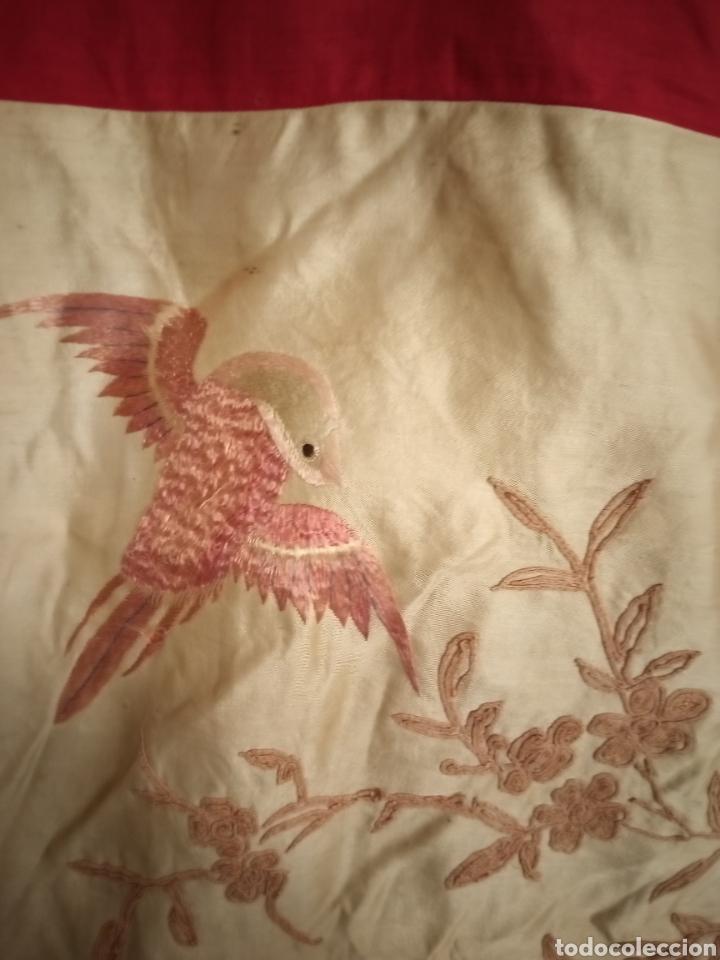Antigüedades: Antiguo Bordado chino sobre seda silk Camino de mesa o mantelito - Foto 6 - 229610425