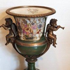 Antigüedades: GRAN MACETERO DE PORCELANA CON SELLO. Lote 229639390