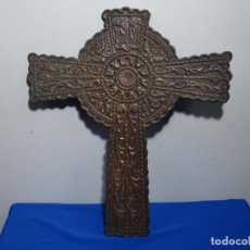 Antigüedades: GRAN CRUZ DE BRONCE SIGLO XVII-XIX.1,475 KG.. Lote 229649790
