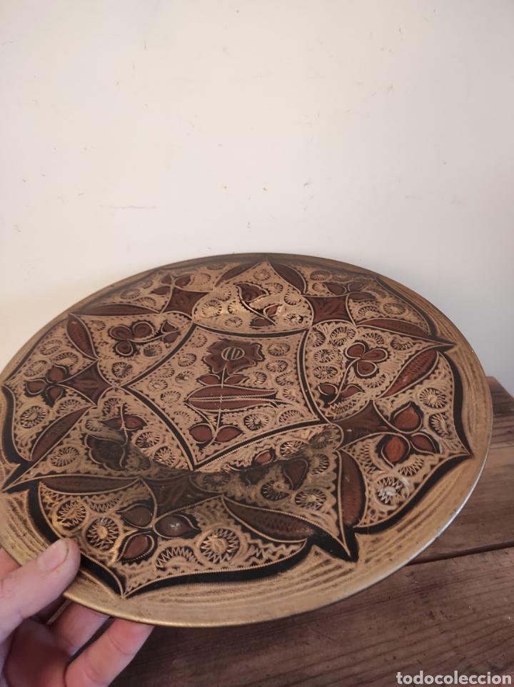 Antigüedades: Plato de cobre labrado con motivos florales. 29cm - Foto 2 - 229714220