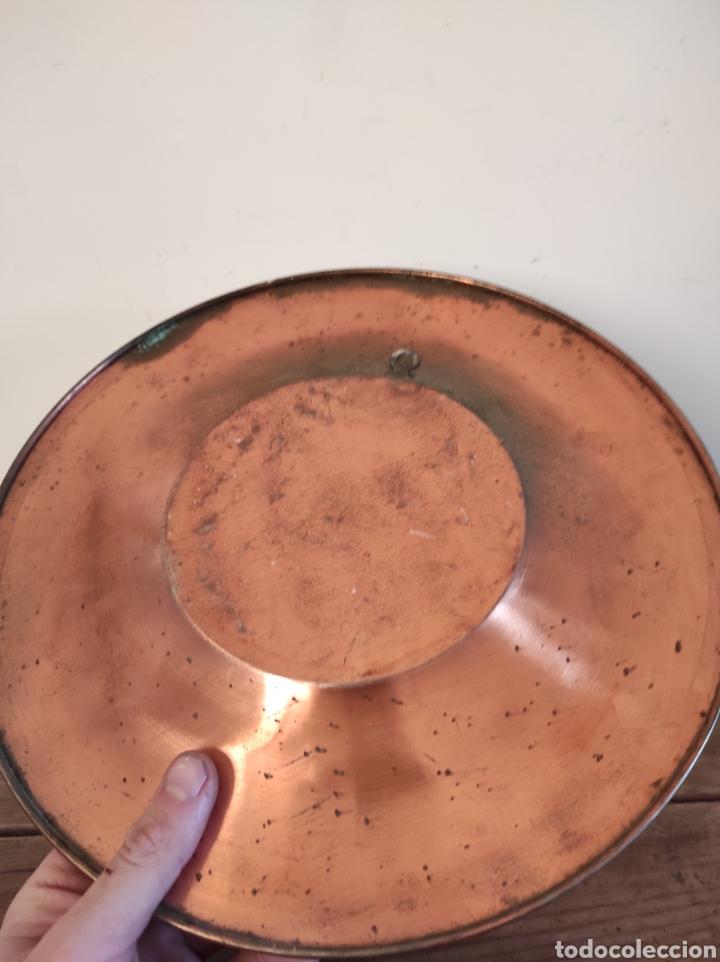 Antigüedades: Plato de cobre labrado con motivos florales. 29cm - Foto 4 - 229714220