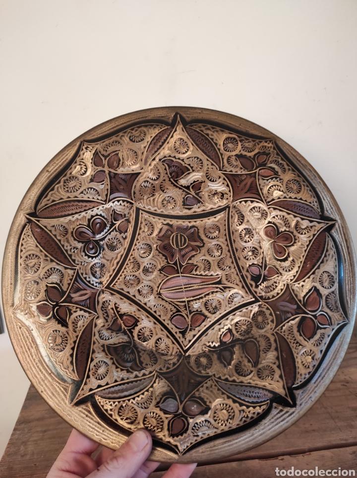 PLATO DE COBRE LABRADO CON MOTIVOS FLORALES. 29CM (Antigüedades - Hogar y Decoración - Platos Antiguos)
