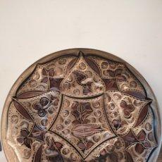 Antigüedades: PLATO DE COBRE LABRADO CON MOTIVOS FLORALES. 29CM. Lote 229714220