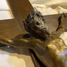 Antigüedades: IMPORTANTE CRISTO DE BRONCE CRUCIFICADO SOBRE MADERA. Lote 229818045