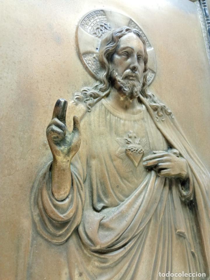 Antigüedades: Antiguo detente - Corazon de Jesus Bendice casa en metal repujado relieve - marco original años 30 - Foto 2 - 229833350