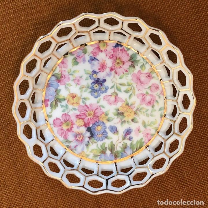 Antigüedades: Pequeño Plato. Fina Porcelana China. Hilo Oro. Vintage. Antiguo. Flores Tonos Pastel. - Foto 2 - 229838635