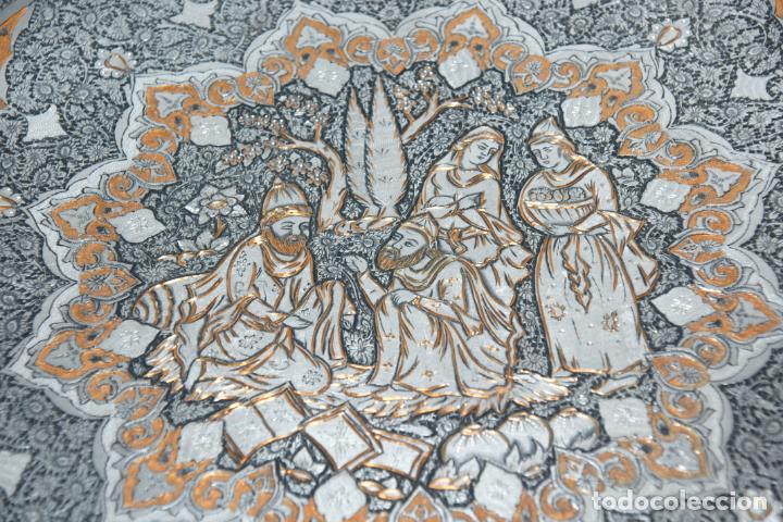 Antigüedades: Espectacular bandeja cincelada iraní. Cobre con baño de plata. Escena central. Bellísima decoración. - Foto 2 - 229874800