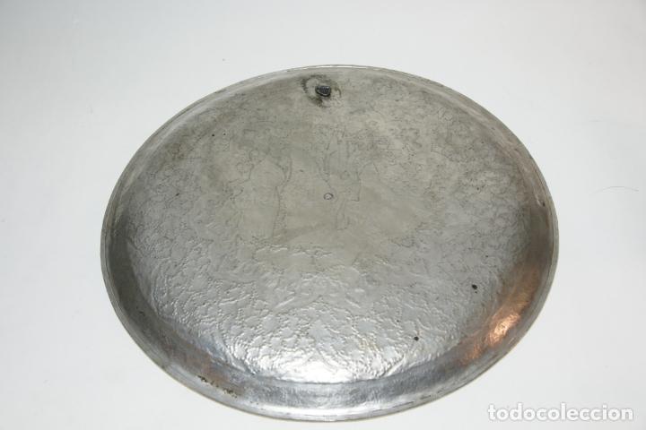 Antigüedades: Espectacular bandeja cincelada iraní. Cobre con baño de plata. Escena central. Bellísima decoración. - Foto 3 - 229874800