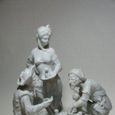 Antigüedades: FIGURA EN PORCELANA DE PAREJA DE MARINEROS JUGANDO A CARTAS EN TABERNA. TABERNERA OBSERVANDO. 39 CM. Lote 229887205