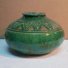 Antigüedades: VASIJA DE CERÁMICA VIDRIADA VERDE TITO ÚBEDA CON MOTIVOS GEOMÉTRICOS. Lote 229928060