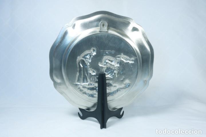 Antigüedades: Precioso plato decorativo de estaño - Foto 3 - 230020300