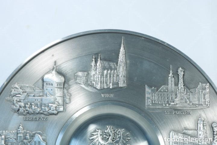 Antigüedades: Precioso plato decorativo de zinc decorado con las ciudades de Austria - Foto 3 - 230021910