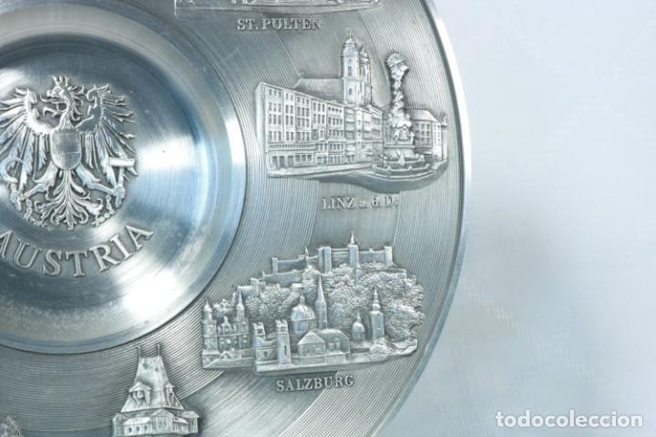 Antigüedades: Precioso plato decorativo de zinc decorado con las ciudades de Austria - Foto 5 - 230021910