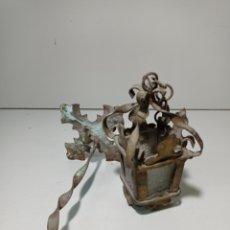 Antigüedades: ANTIGUO FAROLILLO PARA IMAGEN RELIGIOSA. HIERRO Y CRISTAL. PEQUEÑO. Lote 230030370