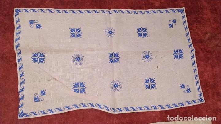 Antigüedades: 3 MANTELILLOS INDIVIDUALES CON SERVILLETAS. LINO BORDADO A MANO. ESPAÑA. CIRCA 1950 - Foto 6 - 230034945