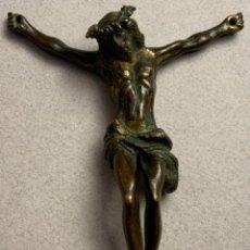 Oggetti Antichi: PEQUEÑO CRISTO BRONCE DORADO (S.XVIII). Lote 230040450