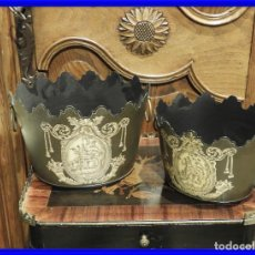 Antigüedades: PAREJA DE MACETEROS O RECIPIENTES DE METAL CON ADORNOS IMPERIO. Lote 230094160