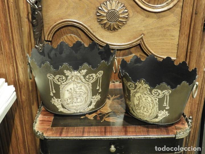 Antigüedades: PAREJA DE MACETEROS O RECIPIENTES DE METAL CON ADORNOS IMPERIO - Foto 11 - 230094160
