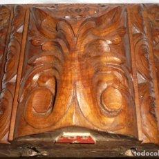 Antigüedades: ANTIGUA MENSULA-PEANA EN MADERA TALLADA PARA SANTO.TIEN UNOS PUNTOS DE POLILLA EN LA PARTE DE ATRAS. Lote 230100995