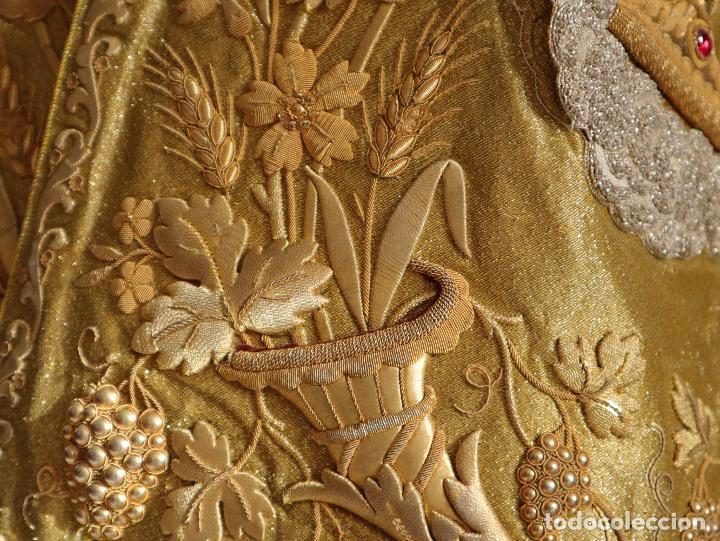 HUMERAL CONFECCIONADO EN TISÚ BORDADO EN ORO CON MOTIVOS RELIGIOSOS. SIGLO XIX. (Antigüedades - Religiosas - Ornamentos Antiguos)