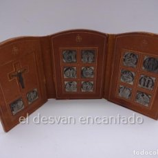 Antigüedades: ANTIGUO VIA CRUCIS DE BOLSILLO. EN PIEL Y ESTAÑO. AÑOS 1950S. PERSONALIZADO Y FECHADO. Lote 230360185
