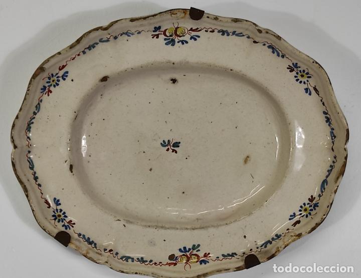 ANTIGUA BANDEJA - CERÁMICA ALCORA - PLATO, FUENTE GALLONADA - S. XVIII (Antigüedades - Porcelanas y Cerámicas - Alcora)