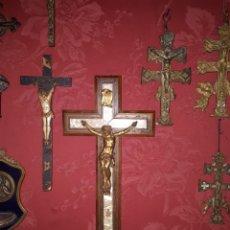 Antigüedades: CRUCIFIJO DE COLECCIÓN - MADERA DE CAOBA CON MARQUETERÍA DE NACAR. Lote 230419485