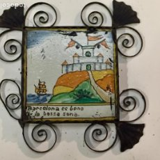 Antigüedades: AZULEJO - BALDOSA CATALANA DE CERAMICA CON MARCO DE HIERRO FORJADO (OJO FALTA UNA HOJA DE HIERRO). Lote 230434020