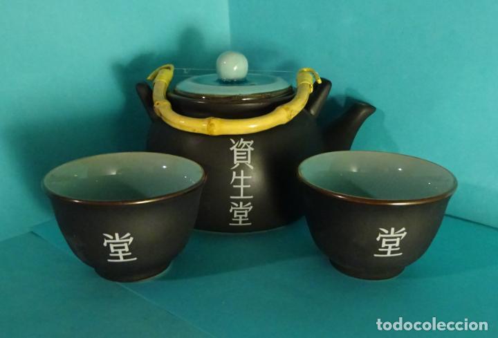 TETERA Y DOS VASOS DE CERÁMICA CON ESMALTE CRAQUEADO EN SU INTERIOR. FABRICADO EN JAPÓN (Antigüedades - Porcelana y Cerámica - Japón)