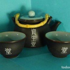 Antigüedades: TETERA Y DOS VASOS DE CERÁMICA CON ESMALTE CRAQUEADO EN SU INTERIOR. FABRICADO EN JAPÓN. Lote 230507480
