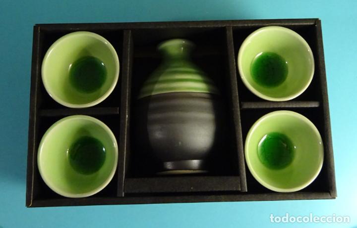 BOTELLA SAKE Y 4 VASOS DE CERÁMICA CON ESMALTE CRAQUEADO EN SU INTERIOR. FABRICADO EN JAPÓN (Antigüedades - Porcelana y Cerámica - Japón)