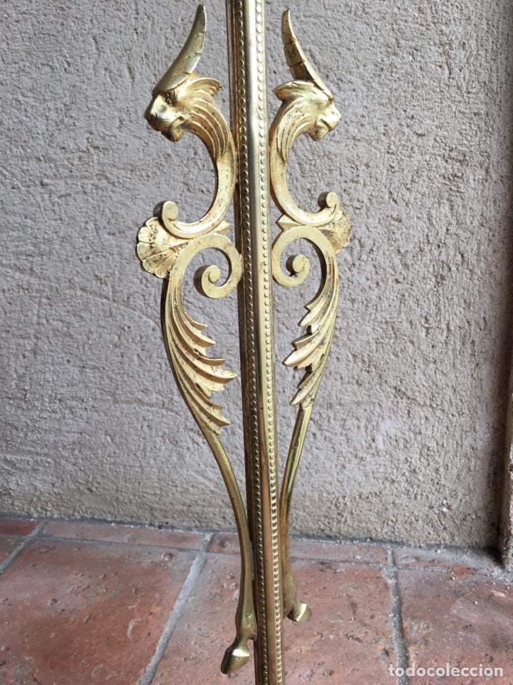 Antigüedades: Antigua lámpara isabelina de bronce repujado con figuras animales y motivos vegetales tulipa cristal - Foto 5 - 230524845