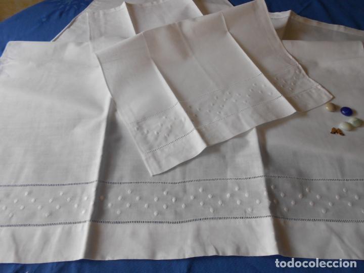 Antigüedades: Juego toallas de hilo, bordado bodoques y Vainicas.Acabado recto. Blanco 2 piezas. NUEVO - Foto 3 - 265109804