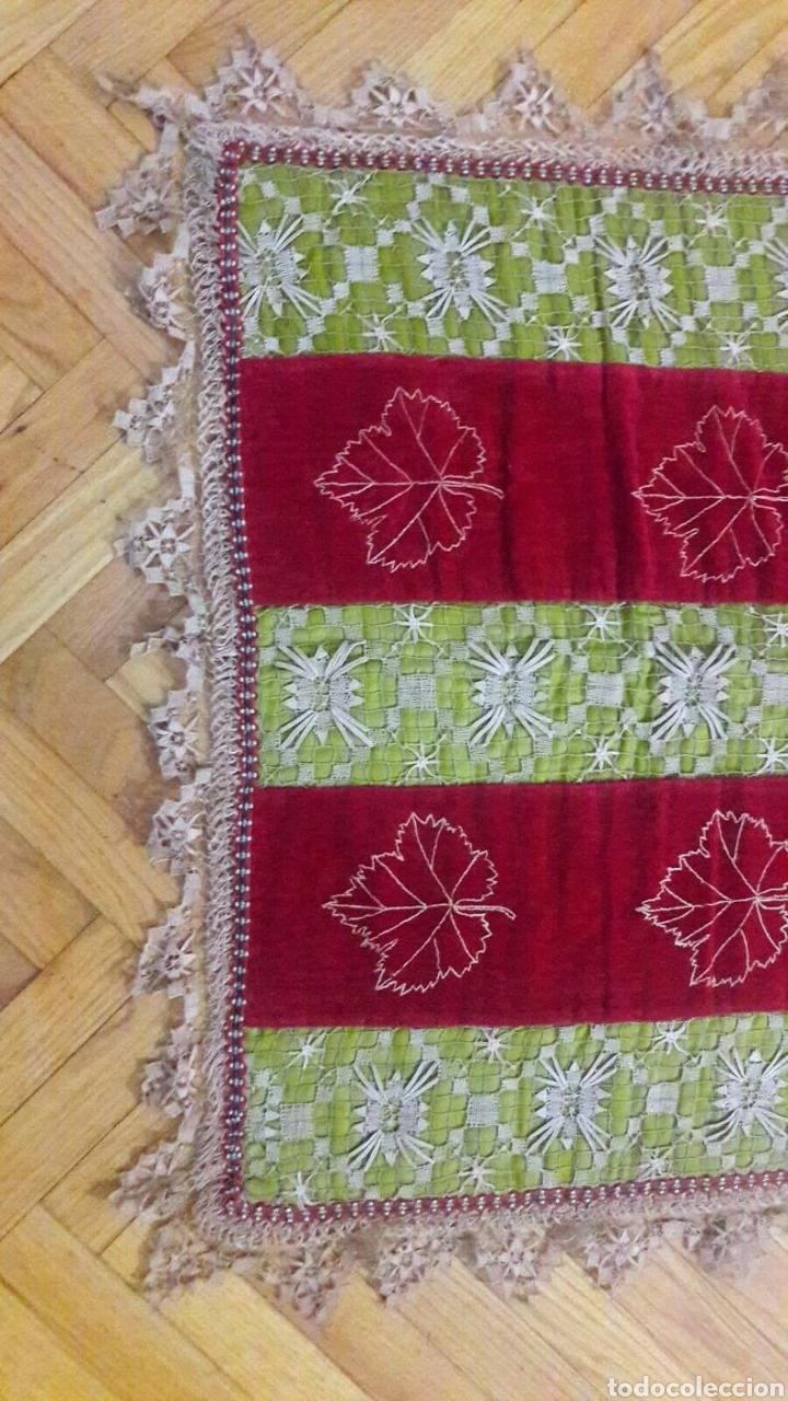 Antigüedades: Precioso tapiz, Final Siglo XIX, con filtiré sobre malla, camino de mesa antiguo bordado - Foto 2 - 197058457