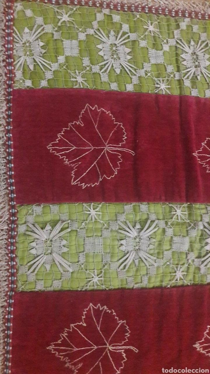 Antigüedades: Precioso tapiz, Final Siglo XIX, con filtiré sobre malla, camino de mesa antiguo bordado - Foto 6 - 197058457