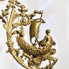 Antigüedades: LOTE DE DOS ORNAMENTOS DE BRONCE O LATÓN EN FORMA DE BARCO DE VELA REMATE ADORNO CLASICO. Lote 230575155